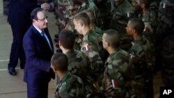 지난해 12월 중앙아프리카공화국을 방문한 프랑수아 올랑드 대통령이 현지에 주둔 중인 자국 군인들을 격려하고 있다. (자료사진)