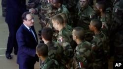 Presiden Perancis Francois Hollande bertemu dengan tentara Perancis dalam perjalanannya dari Afrika Selatan di Bangui, Rep. Afrika Tengah (10/12/ 2013). Perancia mengatakan Uni Eropa mempertimbangakan operasi gabungan di republik yang sedang berkecamuk itu.