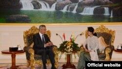 စကၤာပူ၀န္ႀကီးခ်ဳပ္ မစၥတာ လီရွန္လုံးကို ႏိုင္ငံေတာ္အတိုင္ပင္ခံပုဂၢိဳလ္ ေဒၚေအာင္ဆန္းစုၾကည္က ႏိုင္ငံေတာ္သမၼတအိမ္ေတာ္ သံတမန္ေဆာင္ဧည့္ခန္းမ၌ ေတြ႕ဆုံစဥ္ (ဇြန္လ ၇ ၇က္) Myanmar State Counsellor Office Facebook