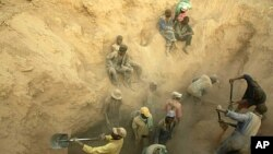Miners dig for diamonds in Marange, eastern Zimbabwe, November 1, 2006. (file photo)