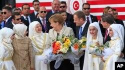德国总理默克尔(中)与欧盟理事会主席唐纳德·图斯克(中右)前往土耳其东南部的难民营(2016年4月23日)