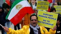 一名抗议者在比利时布鲁塞尔的欧盟委员会外面呼喊反对伊朗总统鲁哈尼的口号。(2018年1月3日)