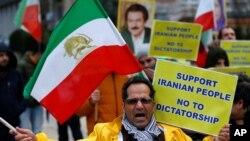 Wapinzani wa serikali ya Rais Hassan Rouhani wakiandamana nje ya jengo la Umoja wa Ulaya huko Brussels, Belgium Jan 03, 2018