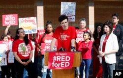지난 26일 애리조나주 공립학교 교사들이 임금인상과 교육예산 증액 등을 요구하며 시위를 벌이고 있다.