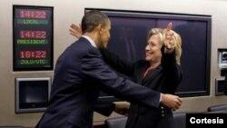 """El portavoz de la Casa Blanca dijo que el presidente Obama y la ex secretaria de Estado Hillary Clinton disfrutan """"poniéndose al día"""" de sus cosas cuando sus agendas se lo permiten."""