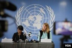 អ្នកស្រី វ៉ាន់ ហេលី (Wan-Hea Lee) (ឆ្វេង) តំណាងការិយាល័យឧត្តមស្នងការអង្គការសហប្រជាជាតិ ទទួលបន្ទុកសិទ្ធិមនុស្សនៅកម្ពុជា (OHCHR) និងអ្នកស្រី រ៉ូណា ស្មីត (Rhona Smith) អ្នករាយការណ៍ពិសេសអង្គការសហប្រជាជាតិទទួលបន្ទុកសិទ្ធិមនុស្សប្រចាំកម្ពុជា នៅក្នុងសន្និសីទសារសារព័ត៌មាន កាលពីថ្ងៃសុក្រ ទី១៨ ខែសីហា ឆ្នាំ២០១៧។ (នៅ វណ្ណារិន/VOA)