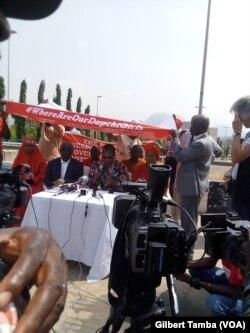 L'organisation de Bring Back Our Girls manifestent pour les filles de Daptchi, au Nigeria, le 13 mars 2018. (VOA/Gilbert Tamba)