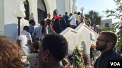 Đám đông chờ đợi kiểm tra an ninh tại nhà thờ Emanuel AME ở Charleston, South Carolina, ngày 21 tháng 6, 2015. (Amanda Scott / VOA)