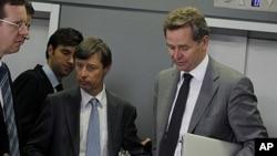 ເຈົ້າໜ້າທີ່ຄະນະກຳມາທິການຢູໂຣບ ທ່ານ Matthias Mors (ກາງ) ແລະເຈົ້າໜ້າທີ່ອົງການກອງທຶນສາກົນ IMF (ຂວາ) ລຸນຫຼັງພົບປະກັບລັດຖະມົນຕີການເງິນຂອງກຣີສ ທ່ານ Evangelos Venizelos ທີ່ນະຄອນ ຫຼວງເອເທັນ (30 ກັນຍາ 2011)