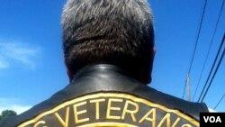 El veterano del Cuerpo de Infantes de Marina, Brian Prochaska, recuerda a su amigo Walter. (A. Phillips/VOA)