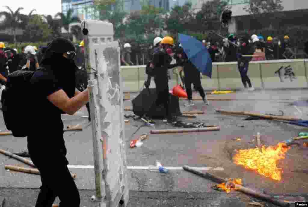 香港抗议者星期六(8-24-2019)与警察发生冲突。路透社