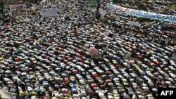 Người biểu tình Ai Cập tiến hành cuộc 'Cách mạng thứ hai' bằng cách tụ họp tại quảng trường Tahrir để cầu nguyện