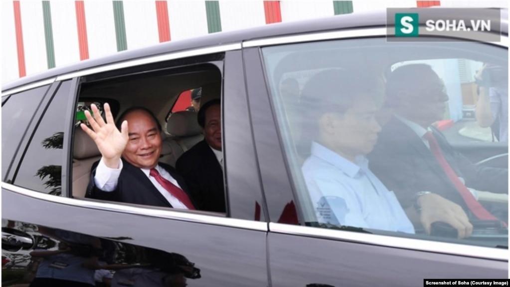 Thủ tướng Phúc ngồi trên xe ô tô của Vinfast do Chủ tịch Vingroup Phạm Nhật Vượng cầm lái tại lễ khánh thành nhà máy sản xuất ô tô của tập đoàn này. Hình minh họa. (Ảnh chụp màn hình Soha)