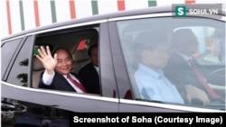 Thủ tướng Phúc ngồi trên xe ô tô của Vinfast do Chủ tịch Vingroup Phạm Nhật Vượng cầm lái tại lễ khánh thành nhà máy sản xuất ô tô của tập đoàn này. (Ảnh chụp màn hình Soha)