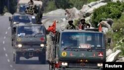 行駛在中印邊界附近公路上的印度軍車隊。(資料照片)