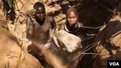 Deux mineurs artisanaux creusant le lit d'une rivière asséchée dans la région de Karamoja, en Ouganda - 2 mars 2014. (Crédit photo : Hilary Heuler pour la VOA)