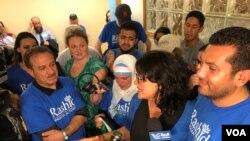 拉斯达·特拉比在密西根州底特律的竞选总部与支持者交谈。(2018年8月7日)