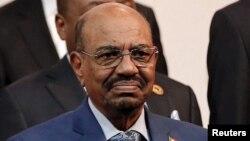 Presiden Sudan Omar al-Bashir ketika menghadiri KTT Uni Afrika di Johannesburg, Afrika Selatan bulan Juni 2015 (foto: dok).