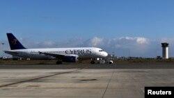 Sebuah pesawat milik maskapai penerbangan Cyprus Airways bersiap untuk lepas landas dari bandara Larnaka (9/1).