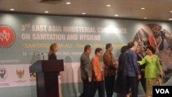 Menteri Kesehatan Nafsiah Mboi (kanan) dalam pembukaan Konferensi Tingkat Menteri Asia Timur mengenai Sanitasi dan Higienitas di Bali. (VOA/Muliarta)