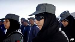 Barisan polwan (polisi wanita) Afghanistan saat wisuda kelulusan di Herat, sebelah utara Kabul, Afghanistan (Foto: dok). Parlemen Afghanistan menunda keputusan terkait UU Perlindungan Perempuan dari kekerasan, Sabtu (17/5).