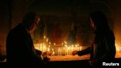 Những người Armenia thắp nến trong ngày lễ Giáng sinh tại nhà thờ Chính Thống giáo ở Damascus, 6/1/2008
