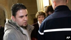 Murad Benšelali u sudnici u Parizu (arhivski snimak)