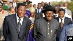 ປະທານາທິບໍດີໄນຈີເຣຍ ທ່ານ Goodluck Jonathan (ຂວາ) ໂອ້ລົມກັບ ປະທານາທິບໍດີເບນິນ ທ່ານ Boni Yayi ໃນລະຫວ່າງກອງປະຊຸມສຸກເສີນສຸດຍອດ ຂອງພວກຜູ້ນຳ ຈາກເຂດອາຟຣິກາຕາເວັນຕົກ ກ່ຽວກັບ ສະຖານະການໃນ Ivory Coast ທີ່ນະຄອນຫຼວງອາບູຈາ ຂອງໄນຈີເຣຍ (24 ທັນວາ 2010)