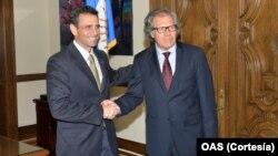 El goberandor del estado Miranda, Henrique Capriles, saluda al secretario general de la OEA, Luis Almagro.