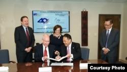 美國在台協會執行理事羅瑞智(John J. Norris, Jr.) (左二)和駐美國台北經濟文化代表處副代表黃敏境(右二)2019年4月12日在美國在台協會簽署《美台合作處理跨國父母擅帶兒童離家了解備忘錄》。簽署見證者:美國國務院領事事務局兒童議題特別顧問Suzanne Lawrence (中)、國務院台灣協調處處長何樂進(Jim Heller) (左一)及駐美國台北經濟文化代表處領務組組長周道元(右一)。(駐美國台北經濟文化代表處照片)