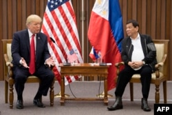 រូបឯកសារ៖ លោកប្រធានាធិបតី ដូណាល់ ត្រាំ (រូបឆ្វេង) និយាយជាមួយនឹងលោកប្រធានាធិបតី Rodrigo Duterte នៅក្នុងកិច្ចប្រជុំទ្វេភាគី នៅក្នុងក្រុងម៉ានីល កាលពីថ្ងៃទី១៣ ខែវិច្ឆិកា ឆ្នាំ២០១៧។