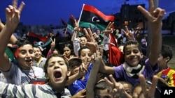 首都的黎波里的兒童為政府過渡歡呼。