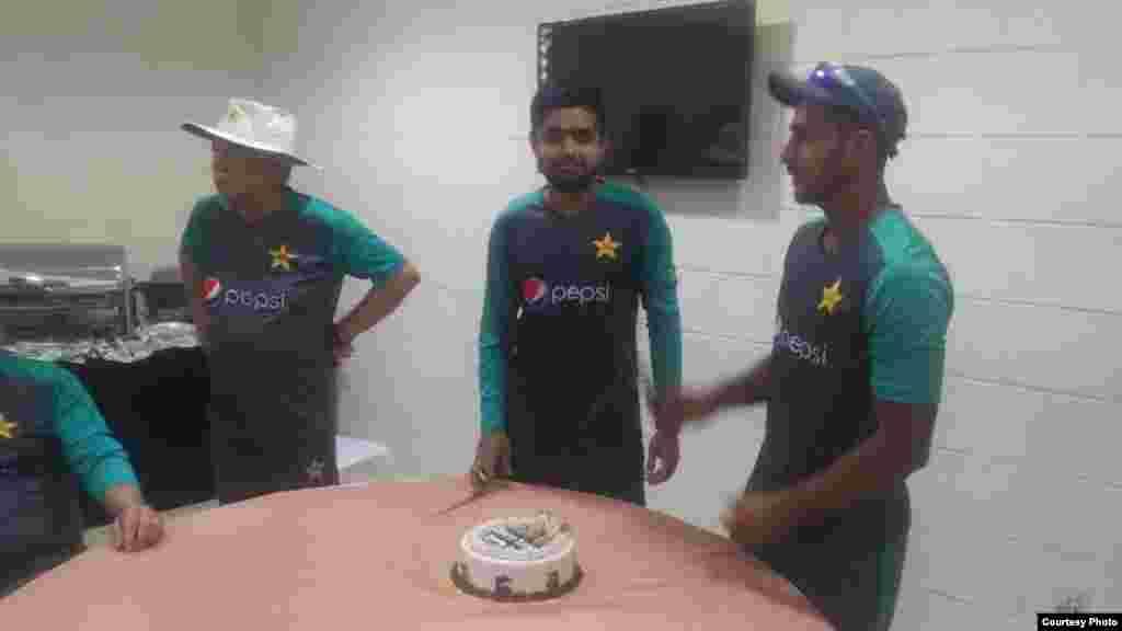 پاکستانی کرکٹ ٹیم کے اوہننگ بلے باز بابر اعظم نے شارجہ کرکٹ اسٹیڈیم کے ڈریسنگ روم میں اپنی سالگرہ منائی