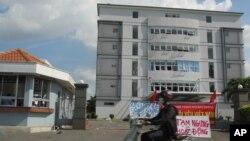 Các cuộc biểu tình bạo động ở Việt Nam chống lại vụ giàn khoan đã gây hậu quả là cái chết của công nhân Trung Quốc và việc đốt phá các nhà máy và doanh nghiệp Trung Quốc.
