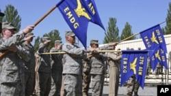 美国军人出席2009年6月在吉尔吉斯斯坦的马纳斯空军基地指挥权的交接仪式(档案照片)
