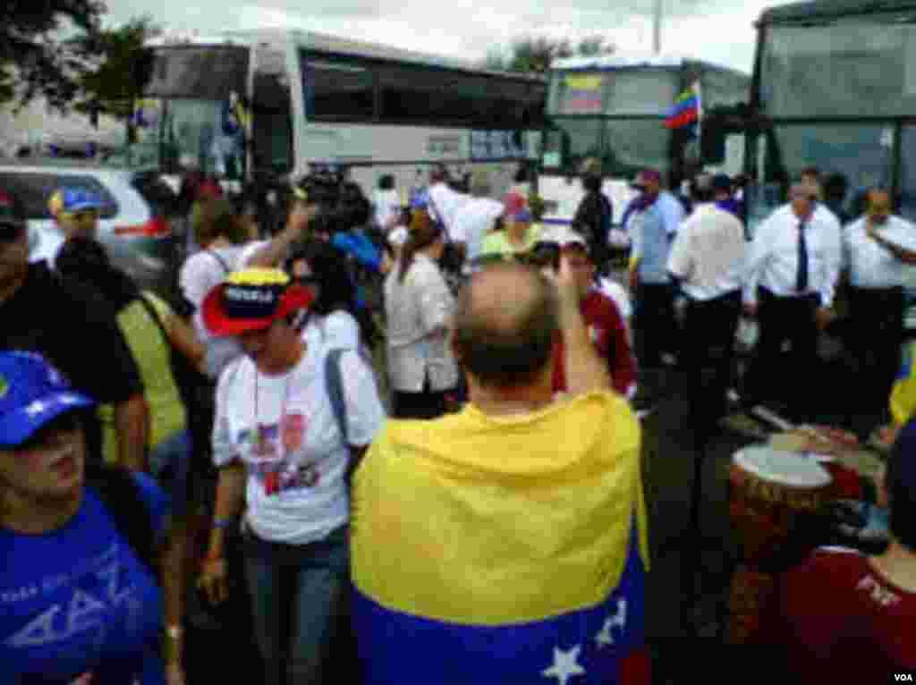 Los venezolanos se organizan para subir a los autobuses. En total partieron más de 20 autobuses de Miami rumbo a Louisiana. [Foto:Alejandro Marcano,VOA]