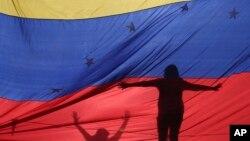 지난 7월 베네수엘라 수도 카라카스에서 반정부 시위대가 니콜라스 마두로 대통령의 헌법 개정 추진에 항의하고 있다.