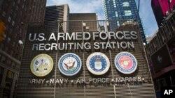 Arhiva - Vojni regrutni centar na Time sqare-u predstavlja simbole svih rodova vojske SAD, 15. jula 2015. Predsjednik Donald Trump pozvao je na osnivanje Svemirskih snaga kao novog vojnog roda.