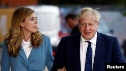 Perdana Menteri Inggris dan kekasihnya, Carrie Symonds, tiba di sebuah hotel untuk menghadiri konferensi tahunan Partai Konservatif di Manchester, Inggris, 28 September 2019. (Foto: Reuters)