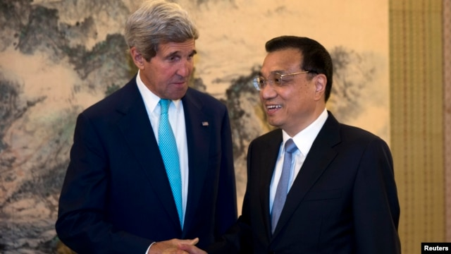 U.S. Secretary of State John Kerry (L) shakes hands with Chinese Premier Li Keqiang during a meeting at the Zhongnanhai leadership compound in Beijing, July 10, 2014.