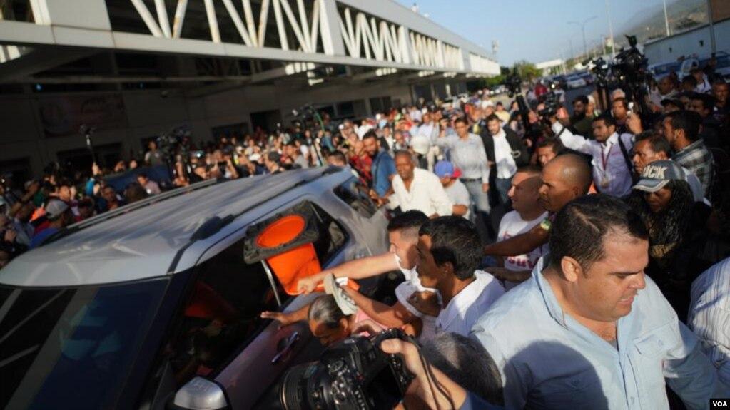 Em meio ao repúdio oficial, o presidente interino da Venezuela, Juan Guaidó, chegou a Caracas.  Grupos de apoio de Nicolás Maduro atacaram jornalistas que cobriam o evento.  Foto: Fabiana Rondón / VOA.