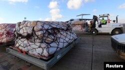 Para pekerja memindahkan bantuan kemanusiaan dari PBB untuk Suriah ke pesawat di bandara Arbil, sekilatr 220 miles (354 kilometer) sebelah utara Baghdad (15/12).