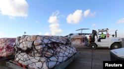 工作人员把联合国救援物资送上运输机,准备从伊拉克空运到叙利亚北部,以救济叙利亚民众。(2013年12月15日)