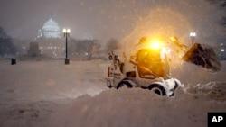 Başkent Washington'a gece boyunca yağan kar Cumartesi günü de devam ediyor.