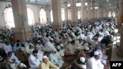 Các tín đồ Hồi giáo Pakistan cầu nguyện tại một đền thờ trong lễ Eid al-Adha