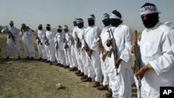 Atacantes suicidas del Talibán reunidos en la provincia afgana de Zabul, cerca de Uruzgan.
