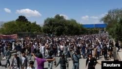 Des membres de la minorité hazara en Afghanistan manifestent à Kaboul, 16 mai 2016. IMAGES REUTERS / Mohammad Ismail TPX DU JOUR - RTSEGJ7