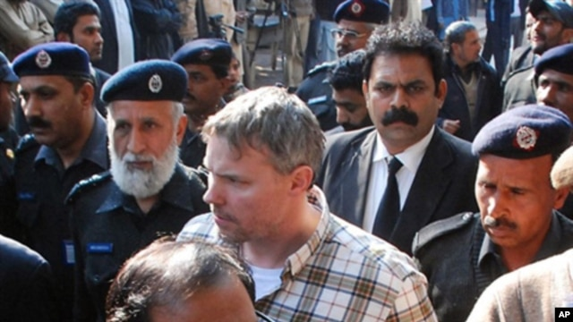 Pakistani police escort arrested US diplomat Raymond Davis (C), to a court in Lahore (file photo - January 28, 2011)