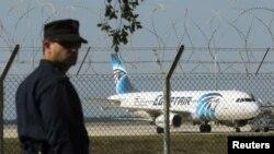 Polisi berjaga di Bandar Udara Larnaka dekat pesawat Egyptair A320 yang dibajak (29/3). (Reuters/Yiannis Kourtoglou)