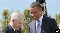 Le président Obama remettant une plaque d'honneur à Robert Gates, le 30 juin 2011